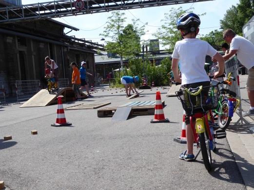 ADFC-Kinderfahrradparcours Spielerisch und mit Spaß erkunden Kinder auf dem Fahrradparcours, wie sicher sie Fahrrad fahren. Am Parcours mit Wippe, Hoppelstrecke, Rampe und schiefer Ebene trainieren die Kinder, mit dem Fahrrad zu beschleunigen, zu bremsen und zu lenken. Die große Rampe erfordert ein wenig Mut – es kann aber nichts passieren, denn der ADFC betreut den Kinderfahrradparcours.