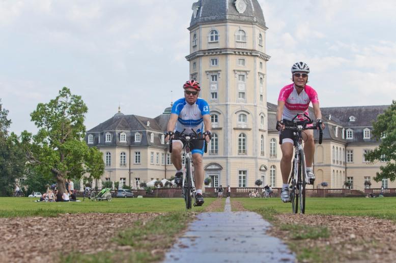 Radler vor dem Schloss Karlsruhe.jpg